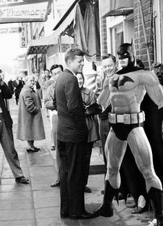 Presidential candidate John F. Kennedy with a Batman cardboard 1960 Los Kennedy, John F Kennedy, Familia Kennedy, John Junior, I Am Batman, John Fitzgerald, Black N White Images, Presidential Candidates, Us Presidents
