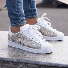 Adidas Women Shoes Sneakers femme - Adidas Superstar limited edition (©BornOriginals ) - We reveal the news in sneakers for spring summer 2017 Adidas Shoes Women, Adidas Sneakers, Shoes Sneakers, White Sneakers, Women's Shoes, Sport Chic, Zapatillas Jordan Retro, Sneakers Fashion, Fashion Shoes