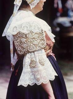 Detail rukáva, výšivka kovovou niťou, z obce Abrahám na FS Myjava, Folk Costume, Costumes, Folk Embroidery, Costume Makeup, Ethnic Fashion, Beautiful Patterns, Lace Skirt, African, Ukraine