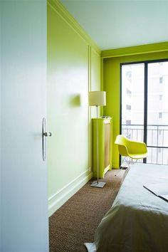 Un appartement rétro, en douceur et en couleur. Teintes : Tender Shoots et Ocean Wave PANTONE ; peinture : Flat Hydro.