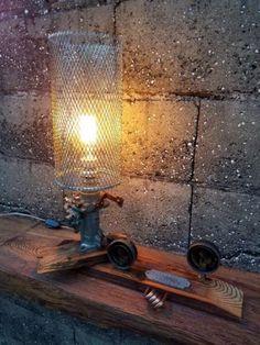 Articulo L1002. Lámpara en pinotea, carburador de aluminio,cuerpos de manómetros de baja presión, y protector de malla. Medidas 21 cm deancho x 55 cm de alto x 47 cm de largo. Lámpara Multifilamento de carbonoAntique Edison incluida.https://www.facebook.com/IndustrialRecupero-178754409195527/