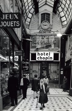Robert Doisneau // Paris : pathways & galleries - Passage Jouffroy 1976 - Dan and I stayed here! Robert Doisneau, Henri Cartier Bresson, Old Paris, Vintage Paris, Black White Photos, Black And White Photography, Foto Transfer, Paris Ville, French Photographers