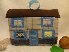 Jouet ou déco de Noël, la maison en textile grise et bleue.