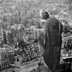 Deutsche Fotothek Blick vom Rathausturm. Dresde después del bombardeo de la Segunda Guerra.A mediados de febrero de 1945, cuando la guerra ya estaba a punto de finalizar, una serie de bombardeos de la RAF sobre Dresde causaron en torno a unos treinta mil muertos y la completa devastación de todo su centro. Poco tiempo después el fotógrafo Richard Peter realizó un reportaje fotográfico sobre la destrucción de la ciudad.