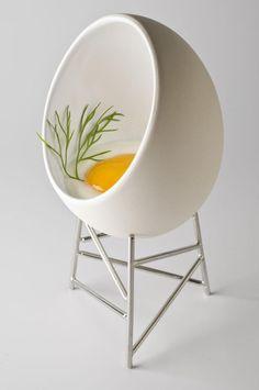 Chair or egg? LOL, EEN EI-STOEL EN DAN VAN ALESSI? TOFFE DESIGNER, NET ALS PHILIPPR STARCK