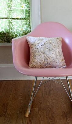 DIY Doily Pillow . Get the tutorial