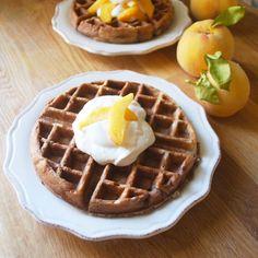 Nutella Waffles Peaches and Cream. Nutella Waffles with Peaches and Cream Nutella Waffles, Crepes And Waffles, Yummy Waffles, Nutella Recipes, Waffle Recipes, Heidi Klum, Great Recipes, Favorite Recipes, Good Food