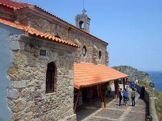 San Juan de Gaztelugatxe -  Alrededor de la ermita hay un muro que rodea la parte superior de la isla y hace de estupenda atalaya para admirar tanto los alrededores como la subida .