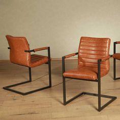 Freischwinger in Cognac Braun mit Armlehnen auf Pharao24.de. Tolle Industrial Style Stühle aus Roheisen und cognacfarbenem Leder mit Steppung. Die Stühle passen durch Ihr besonderes Design perfekt zu Tischen mit Eisenuntergestell. Sie ergänzen einen Industrial Chic Esszimmer perfekt. Hier entdecken: http://www.pharao24.de/freischwinger-arsizion-in-cognac-braun-mit-armlehnen-2er-set.html#pint