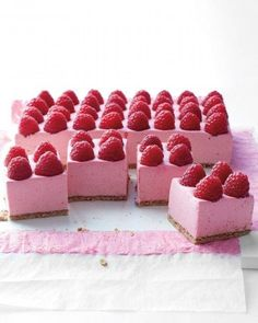 It only takes half an hour — depending on your rate of raspberry placement — to whip up this creamy raspberry mousse pie. #party #dessert ♥