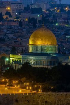 Dome of the Rock on the Temple Mount illuminated at twilight, Jerusalem, Israel Beautiful Mosques, Beautiful Places, Jerusalem, Places Around The World, Around The Worlds, Heiliges Land, Dome Of The Rock, Temple Mount, Mekka