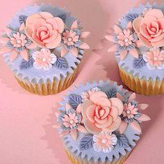 35 Floral Fondant Cupcake Designs - Cupcakes Gallery - Page 29 Flowers Cupcakes, Cupcakes Flores, Floral Cupcakes, Pretty Cupcakes, Beautiful Cupcakes, Fondant Flowers, Yummy Cupcakes, Purple Cupcakes, Cupcake Kunst