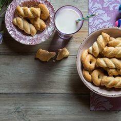 Κουλουράκια Σμυρνέικα / Easter cookies. Πασχαλινά κουλουράκια που θα εντυπωσιάσουν! #greekfood #greekrecipes #greekfoodrecipes #easter #easterrecipes #eastercookies #cookies #cookiesrecipe #cookierecipes #sintagespareas #cookiesofinstagram #dessertrecipes #greece #greek #greekeaster #συνταγές #πάσχα #μπισκότα #πάσχα Biscuit Cookies, Easter Recipes, Pretzel Bites, Biscuits, Bread, Cheese, Food, Crack Crackers, Cookies