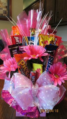 Candy Bar bouquet with pink gerbra daisies Diy Father's Day Gift Baskets, Fathers Day Gift Basket, Homemade Gift Baskets, Diy Father's Day Gifts, Father's Day Diy, Homemade Gifts, Candy Boquets, Candy Bar Bouquet, Gift Bouquet