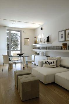 Apartamento pequeno minimalista em branco e madeira http://www.depositocreativo.it/featured_item/piccolo-appartamento-minimal/