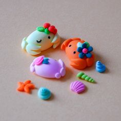 crabs side Fimo/Polymer Clay done in sugar paste could be a pretty decoration for cupcakes Diy Fimo, Cute Polymer Clay, Polymer Clay Animals, Cute Clay, Fimo Clay, Polymer Clay Projects, Polymer Clay Charms, Polymer Clay Creations, Clay Crafts