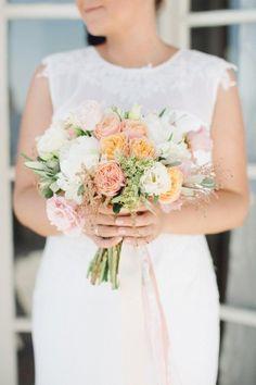 pale peach bouquet - photo by Julia Kaptelova http://ruffledblog.com/romantic-santorini-elopement