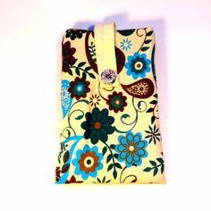 Smartphone Tasche Mit praktischer Lasche um das Handy aus der Hülle heraus zu ziehen, auserdem wird das Smartphone durch die Lasche in der Tasche gehalten. Die Tasche ist mit einem Volumenvlies verstärkt um das Handy optimal zu schützen. Alle Produkte können auf Anfrage Individuell nach Ihren Stoffwünschen gestaltet werden.