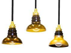 Utrem Lux est une série de lampes fabriquées à partir de bouteilles en verre réutilisées et de chutes de bois.                                                                                                                                                                                 Plus