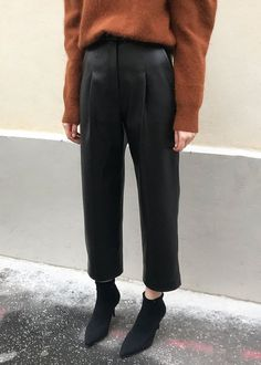 """#newarrivals #black #baggy #faux #leather #pants #thefrankieshop #frankienyc #frankiegirl Heavier Weight, Smooth Faux Leather Pants w/Pleated Front 2 Slit Side Pockets. Cropped Leg Zip and Hook & Eye Closure. Lined 55% PU, 45% Polyester 24.5"""" Inseam, 14.5"""" Rise, S/26"""" Waist, M/28"""" Waist Dry Clean Imported"""