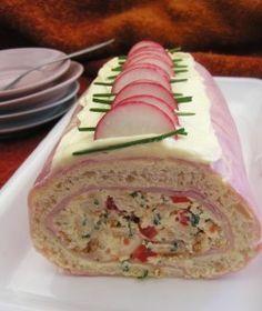 Toastová roláda chlieb toastový šunka Nátierka: maslo syr tavený cesnak Plnka: maslo syr tavený paprika paradajka smotana kyslá pažítka Maslo vymiešame s tav syrom a cesnakom. Rozdelíme na dve časti. Na dosku fóliu, naukladáme šunku a potrieme cesnak nátierkou, chlieb, nátierka, šunka, navrstvíme plnku s odkrojenými krajmi toastu - kocky, pomocou fólie tuho zavinieme a odložíme do chladu, najlepšie cez noc.