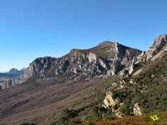 La ruta de senderismo que asciende al Joar y La Plana desde el Santuario de Codés recorre estas escarpadas montañas desde las que se domina unas bellas panorámicas ya no solo de Navarra y Álava, también de la vecina La Rioja.