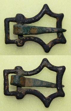 """:: Boucle du XIVème siècle, à """"pans concaves multiples"""""""