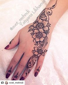 This beautiful henna with this flowers it's one of the pretty forms that you have to try Henna Hand Designs, Pretty Henna Designs, Henna Tattoo Designs Simple, Latest Mehndi Designs, Mehndi Designs For Hands, Henna Tattoo Hand, Cute Henna Tattoos, Henna Inspired Tattoos, Henna Art