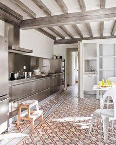 Casinha colorida: Os pisos são as estrelas dessas cozinhas