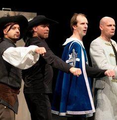 """Trupa teatralna """"Teatr Montownia"""" w nowej, świeżej i przezabawnej sztuce """"Trzej muszkieterowie"""" Aleksandra Dumasa."""