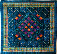 """Cathedral windows silk quilt by Annabel Rainbow (UK), photo by Kameleon Quilt (Norway). The name of the quilt, """"Hoc Sensu Modo"""" (""""This Side Up"""") is hand embroidered along the top border. Cathedral Window Patchwork, Cathedral Window Quilts, Cathedral Windows, Old Quilts, Mini Quilts, Small Quilts, Baby Quilts, Machine Quilting Patterns, Quilting Designs"""