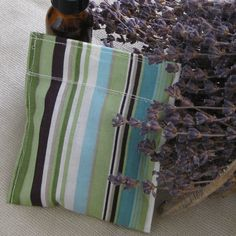 Als je een frisse geur aan je kleding wilt geven zonder doekjes voor in de droger aan te schaffen? Maak dan een speciaal kruidenzakjes voor in de droger. Je kunt hiervoor ook een oude sok gebruiken waar je een stevige knoop in legt! Vul een zakje met lavendelbloemetjes en rozemarijn en doe er eventueel nog wat drupjes essentiële lavendelolie bij. Elk zakje kan zo'n 10 keer gebruikt worden. Knijp voor gebruik nog even in het zakje zodat de geur extra goed loskomt.