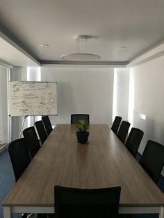 Una sencilla sala de juntas para 10 personas Conference Room, Table, Furniture, Home Decor, Ocean Room, Board Rooms, Offices, People, Homemade Home Decor