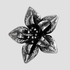 """""""Unde înfloresc florile, există și speranță.""""  Broșă din argint patinat lucrată filigran. O piesă deosebită ce vă poate înveseli ziua."""