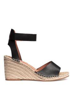 PREMIUM QUALITÄT. Sandaletten mit Keilabsatz. Die Sandaletten haben einen Knöchelriemen mit verstellbarem Klettverschluss. Futter und Innensohle aus Leder.