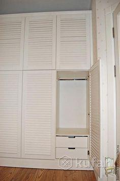 Шкаф белый с жалюзийными фасадами