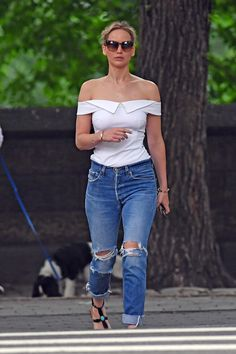 Post with 1883 views. Looking Gorgeous in Central Park Jennifer Lawrence Body, Jennifer Laurence, Looking Gorgeous, Autumn Winter Fashion, Celebrity Style, Fashion Outfits, Fashion Ideas, Women's Fashion, Skinny Jeans