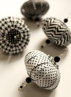 l papier noir blanc Paper Christmas Decorations, Christmas Paper Crafts, Paper Ornaments, Ornament Crafts, Diy Christmas Ornaments, Christmas Balls, Homemade Christmas, Christmas Projects, Handmade Ornaments