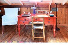 La habitación está totalmente revestida en pino Tea original de 1920 que los dueños de casa pulieron y recuperaron..
