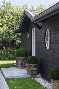 I'm keen on this superb thing Exterior Paint, Exterior Design, Black Exterior, Country Style Magazine, French Cottage Decor, Dark House, Lake Cottage, Backyard, Patio