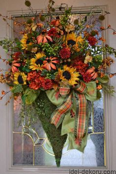Inspiration Fall floral arrangement - Kristen's Creations: Fall House Tour - this is really lovely and when we were over on holiday, boy were the flowers so much cheaper to buy! Thanksgiving Wreaths, Autumn Wreaths, Holiday Wreaths, Wreaths For Front Door, Door Wreaths, Diy Wreath, Wreath Ideas, Fall Arrangements, Autumn Decorating