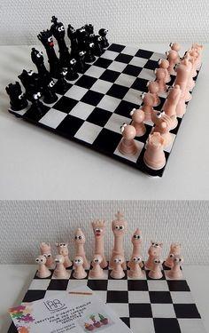 Jeu d'échecs original et rigolo fait main en pâte polymère Fimo. Plateau en bois surélevé. Pièces style humoristique avec aspect traditionnel.  Plus d'infos sur la boutique en ligne : https://www.alittlemarket.com/jeux-jouets/jeu_d_echecs_rigolo_et_original_fait_main_en_pate_polymere_fimo-19247063.html  #echecs #jeux #pions