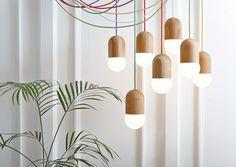 Ces petites suspensions de bois au fil coloré sont des créations de la designer russe, Katerina Kopytina, nommées Light Bean. L'ampoule en globe est l'élément central du luminaire, faisant d'elle une partie intégrante d'une forme.  Réalisée en chêne local, Light Bean est ensuite recouverte d'une huile et est disponible en deux finitions, l'une naturelle et la seconde laquée noire. Pour amener un peu de folie, les câbles d'alimentation sont disponibles en 12 coloris différents.