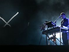 O duo eletrônico Disclosure toca no Lollapalooza e encerra a primeira noite do festival. Howard fez homenagem a Ayrton Senna em 'Latch' (Foto: Raul Zito/G1