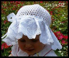 Letni kapelusz do chrztu z delikatną koronką w kwiatuszki. www.gugusie.com.pl