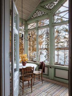 Romantischer Wintergarten mit Blick aufs Wasser. Ein gemütlicher Ort um an kalten Tagen die Natur von Innen aus zu beobachten.