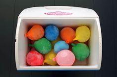 Utiliser des ballons de baudruche pour remplacer les pains de glace. On peut faire une bataille d'eau quand ils ont fondu.