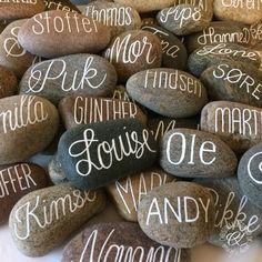 Lad bordkortet blive en meget personlig gave til dine gæster. Smukke sten med navn, kalligraferet med samme eller varierende skrifttype, alle signeres inkl. årstal på undersiden. Køb det antal …