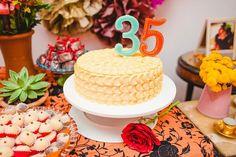 Nosso bolo de pétalas amarelas ficou lindo com essa decoração no tema Frida Kahlo. 💛 #edebabar
