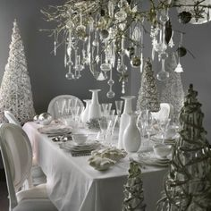 Inspiration Home Sweet Brocante Xmas table decoration White tableware, tableclothes, white table decoration ideas. French Christmas, Silver Christmas, Modern Christmas, Rustic Christmas, All Things Christmas, Christmas Holidays, Christmas Table Settings, Christmas Tablescapes, Christmas Table Decorations